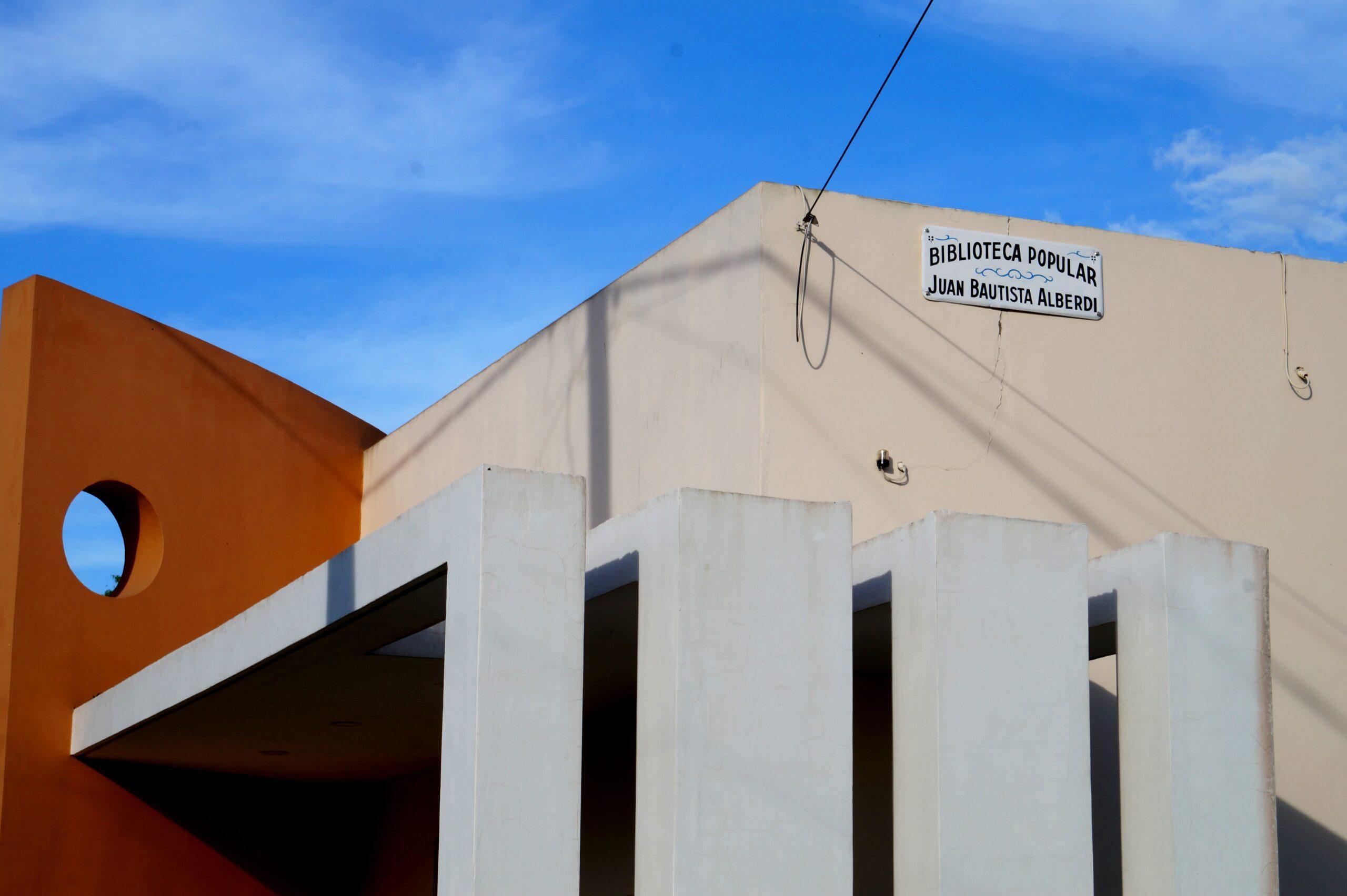 Recuperación del histórico cartel de la Biblioteca Juan Bautista Alberdi